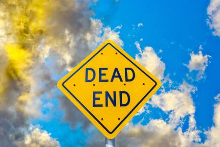 clave sol: final letrero de la calle muerto con las nubes en la puesta del sol