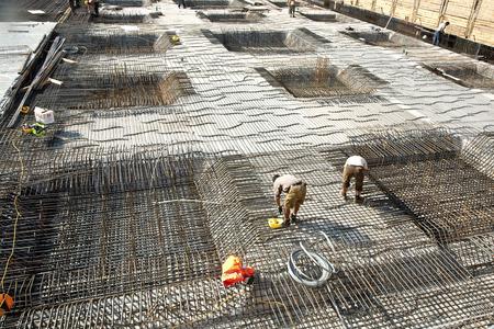 HOFHEIM, ALLEMAGNE - 25 septembre: les travailleurs font la construction de barres d'acier à un site sur le 25 septembre 2009 à Hofheim, Allemagne. La construction est vérifiée par l'Bauamt.