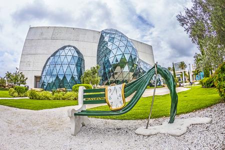セント ・ ピーターズバーグ、アメリカ合衆国 - 2013 年 7 月 25 日: セント ・ ピーターズバーグ、フロリダ州、米国でサルバドール ダリ博物館の外観 報道画像