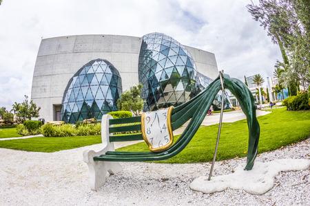 ST. PETERSBURG, USA - 25 LUGLIO 2013: Esterno di Salvador Dalì Museum di St. Petersburg, Florida, Stati Uniti d'America. Il museo ha una delle più grande collezione di opere di Salvador Dali nel mondo.