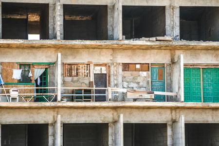 betray: PLAYA BLANCA, ESPA�A -AUG 3, 2006: c�scara podrida de la construcci�n de edificios ocf sin permiso de construcci�n en Playa Blanca, Espa�a. La ruina fue construido para obtener dinero de los inversores y de traicionar la gente.