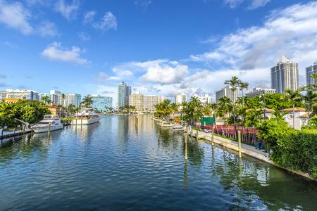 Luxus-Häuser am Kanal in Miami Beach mit Booten Lizenzfreie Bilder