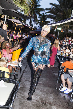 transexual: MIAMI, EE.UU. 03 de agosto 2013: El rendimiento de una dama transexual en Ocean Drive, en Miami, EE.UU.. Actuaciones en los lugares p�blicos en Ocean Drive es una de las principales atracciones tur�sticas de Miami.
