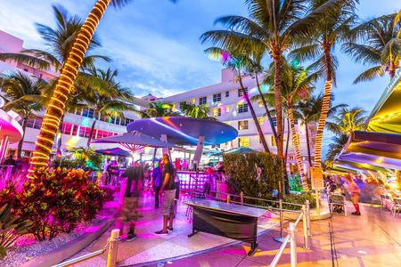 MIAMI, Verenigde Staten - 3 augustus 2013: Nacht leven in te Clevelander bar op Ocean Drive in Miami, USA. Night-Life in South Beach is een van de belangrijkste toeristische attracties in Miami.