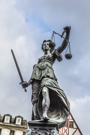 derecho romano: Justitia - Se�ora Justicia - escultura en la plaza Roemerberg en Frankfurt, construido 1887
