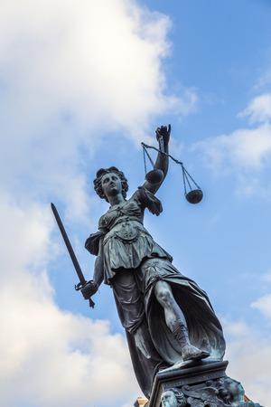 dama justicia: Justitia - Se�ora Justicia - escultura en la plaza Roemerberg en Frankfurt, construido 1887