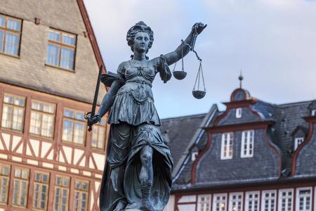 estatua de la justicia: Justitia - Se�ora Justicia - escultura en la plaza Roemerberg en Frankfurt, construido 1887