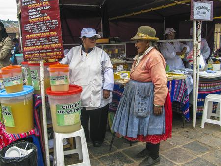 limosna: CUSCO, PER� - 18 de enero 2015: Mujer de la tribu local, pide en un restaurante al aire libre para algunas limosnas en Cuzco, Per�.