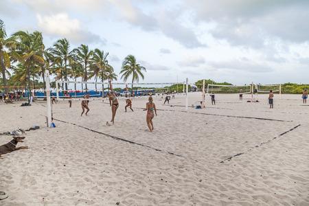 pelota de voleibol: MIAMI, EE.UU. - 30 de agosto 2014: la gente disfruta jugando al voleibol en Miami, EE.UU.. South Beach es famosa por los espacios deportivos p�blicos utilizados principalmente en la tarde hasta el amanecer.