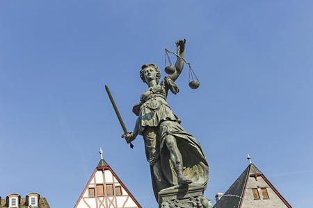 dama justicia: Estatua de la Justicia (Justitia) en Frankfurt, Alemania