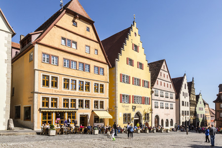 ROTHENBURG, 독일 - 2015년 4월 19일 : 로텐부르크, 독일 시장 장소. 로텐부르크는 2 백만 방문자를 매년 유치 잘 보존 된 중세 독일 도시입니다.