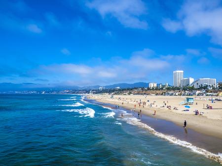 LOS ANGELES, Verenigde Staten - 23 september 2014: Veel mensen zonnen op het zand strand en zwemmen in de oceaan in Santa Monica Beach, Los Angeles, CA, USA