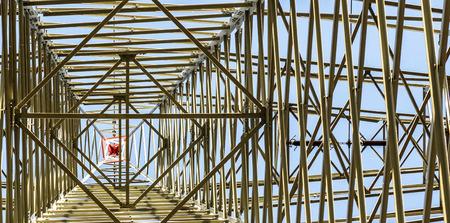 torres de alta tension: A las torres de electricidad de alta tensión contra el cielo azul y la nube Foto de archivo