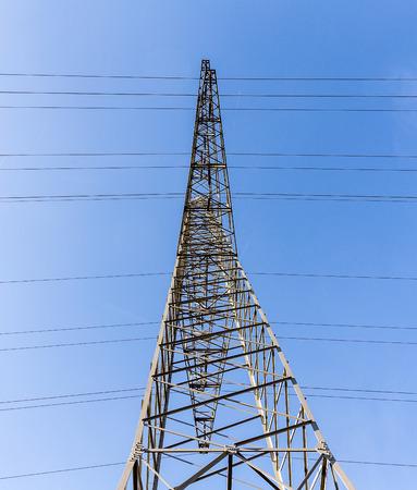 torres el�ctricas: A las torres de electricidad de alta tensi�n contra el cielo azul y la nube Foto de archivo