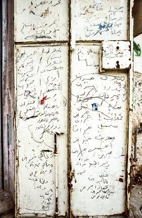 arabische letters: Jeruzalem, Israël - 30 december 1994: Arabische brieven en geschriften op een oude deur in Jeruzalem, Israël. Het oude deel van Jeruzalem is het Arabisch één.