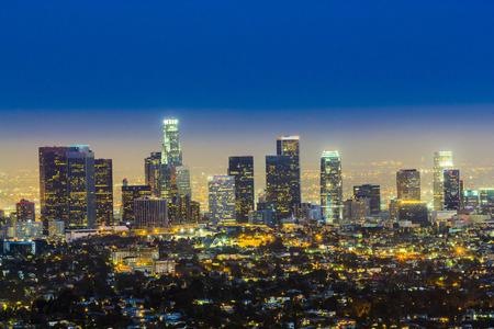 skyline van Los Angeles in de nacht met blauwe donkere hemel