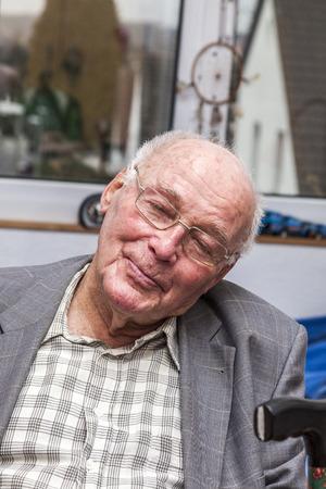 ojos cerrados: retrato de hombre mayor feliz sonriente con los ojos cerrados