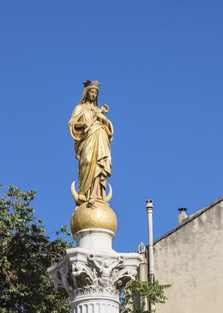 immaculate: Virgen Inmaculada bajo el cielo azul en Marsella