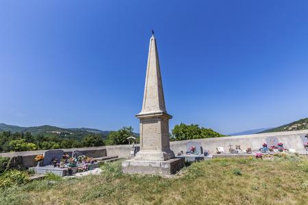 colera: Mirabeau, FRANCIA -Julio 21, 2015: la Chapelle Saint Christol en Mirabeau, Francia fue construido en el siglo 12 con un famoso obelisco de c�lera.