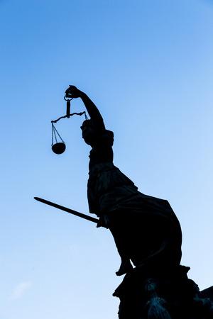justitia: Estatua de la Justicia (Justitia) en Frankfurt, Alemania
