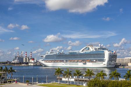 cruiseship: FORT LAUDERDALE, EE.UU. - 01 de agosto 2010: Crucero Emerald Princess en el muelle de en Fort Lauderdale, EE.UU.. Con 900 camarotes con balc�n es uno de los mayores cruceros del mundo.