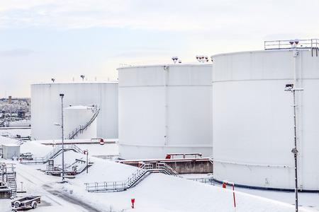 l petrol: blancos tanques en tanques con escalera de hierro en la nieve Foto de archivo