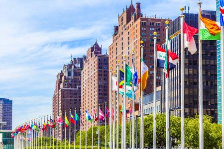 united nations: NUEVA YORK, EE.UU. - 12 de julio, 2015: Sede de las Naciones Unidas con las banderas de los miembros de la ONU en Nueva York. El complejo ha servido como sede oficial de la ONU desde 1952.