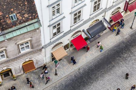 multitud de gente: VIENA - 24 de abril 2015: Antena de Stephansplatz lleno en Viena, Austria. Rutas peatonales Severalpopular comienzan aquí y una gran cantidad de turistas visitan este lugar.