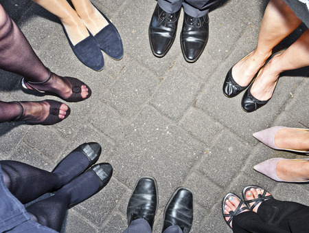 circulo de personas: shoes of party people standing in a circle