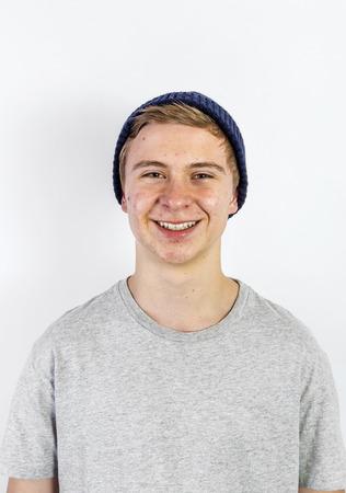 pubertad: Retrato de un muchacho adolescente positivo en la pubertad