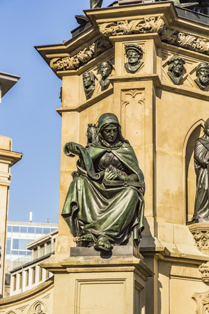 gutenberg: The Johannes Gutenberg monument on the southern Rossmarkt (1854 - 1858, by sculptor Eduard Schmidt von der Launitz). Johannes Gutenberg - inventor of book printing. Frankfurt am Main, Germany.