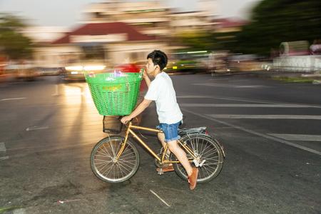 BANGKOK, THAILAND - 23 december 2009: man rijdt naar huis met de fiets van Pak Khlong Thalat in Bangkok, Thailand. De markt werd opgericht door koning Rama I en is de oudste bloemenmarkt in Thailand.