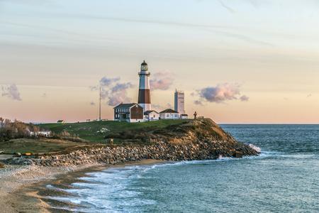 Atlantische oceaan golven op het strand in Montauk Point Light, Lighthouse, Long Island, New York, Suffolk County Stockfoto