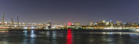NOWY JORK, usa - OCT 20, 2015: linia horyzontu Brooklyn z Brooklyn i Manhattan most nocą. Brooklyn jest najbardziej zaludnioną z pięciu dzielnic Nowego Jorku, o liczbie ludności wynoszącej 2,6 mln ludzi.