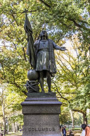 descubridor: NUEVA YORK, EE.UU. - 21 de octubre, 2015: Estatua de Col�n en el interior del parque central en Manhattan. Col�n fue el descubridor de Am�rica.