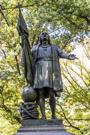 descubridor: NUEVA YORK, EE.UU. - 21 de octubre, 2015: Estatua de Colón en el interior del parque central en Manhattan. Colón fue el descubridor de América.
