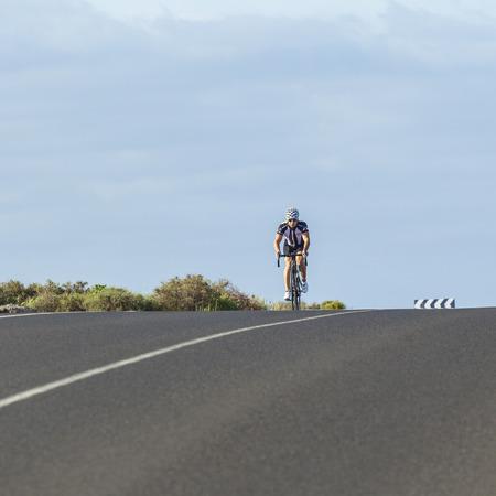 Playa Blanca - 2. Januar 2011: Fahrrad Sportler für die nächste Motorradsaison in Playa Blanca, Spanien trainiert. Durch warmes Wetter Europäischen sportler gehen oftern für das Wintertraining nach Lanzarote. Standard-Bild - 48045785