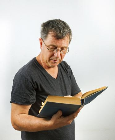 buch: Mann liest und blättert in  einem Buch