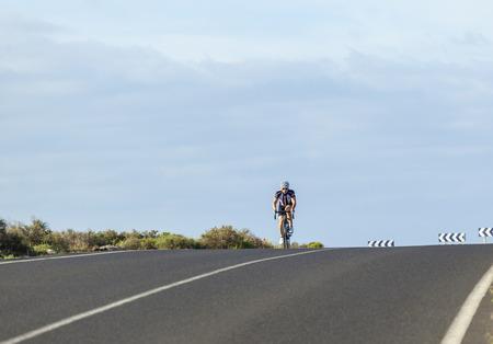 PLAYA BLANCA, SPANIEN - 2. JANUAR 2011: Fahrrad sportler Züge für die folgende radfahrende Jahreszeit in Playa Blanca, Spanien. Aufgrund des warmen Wetters gehen die europäischen Sportler zum Wintertraining nach Lanzarote. Standard-Bild - 48045848