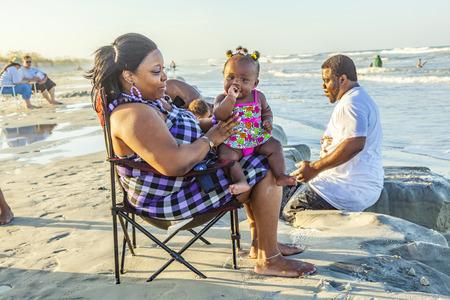 famille africaine: ST. AUGUSTINE, États-Unis - 23 juillet 2010: les gens profiter de la belle plage de St. Augustine, États-Unis. St. Augustine, en Floride, a été fondée en 1565 et à côté des sites historiques célèbres pour ses plages. Éditoriale