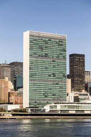united nations: NUEVA YORK, EE.UU. - DIC 23 de, 2015: El edificio de las Naciones Unidas en Manhattan es la sede oficial de la ONU desde 1952 en Nueva York, Nueva York.