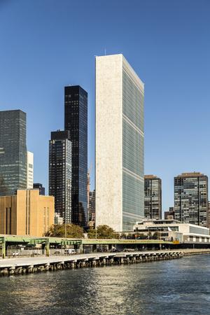 the united nations: NUEVA YORK, EE.UU. - DIC 23 de, 2015: El edificio de las Naciones Unidas en Manhattan es la sede oficial de la ONU desde 1952 en Nueva York, Nueva York.
