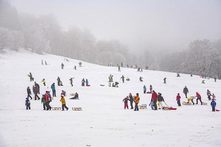 Oberreifenberg, ALLEMAGNE - 16 janvier 2010: les enfants sont le patinage à une piste de luge en hiver sur la neige. Neige dans ce domaine est très rarement due à une large encrease mondiale de la température.