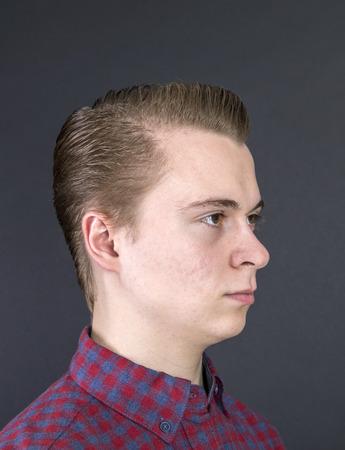 pubertad: retrato de la infeliz muchacho de dieciséis años de edad en el estudio Foto de archivo