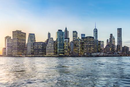 Manhattan Downtown städtischen Blick mit Brooklyn-Brücke im Sonnenuntergang