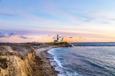 De golven van de Atlantische Oceaan op het strand in Montauk Point Light, Vuurtoren, Long Island, New York, Suffolk County Stockfoto