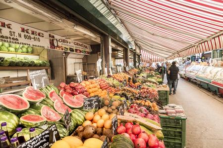 VIENNA, AUSTRIA - APR 28, 2015: la gente gode l'Naschmarket a Vienna. Dal momento che le persone 16 ° secolo in Austria è giunta alla Naschmarkt arrivare a godere i tanti prodotti diversi dal produttore locale.