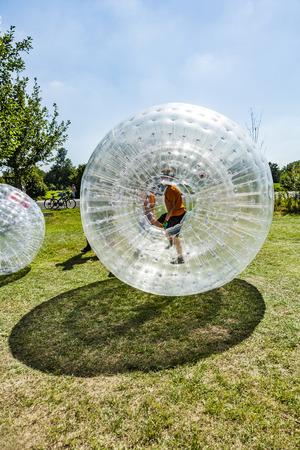 孩子们在zorbing球中有很多乐趣