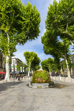 bodegones: AIX EN PROVENCE, FRANCE - JUNE 3, 2016: people at cours Mirabeau at  nine cannon fontain in Aix en Provence, The sculptures are not visible because of the moss vegetation. Editorial