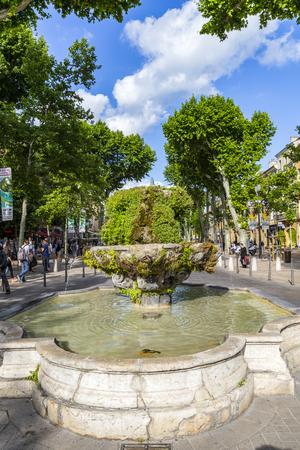bodegones: AIX EN PROVENCE, FRANCIA - JUNIO 3, 2016: personas en Cours Mirabeau a las nueve FONTAIN ca��n en Aix en Provence, las esculturas no son visibles debido a la vegetaci�n de musgo. Editorial